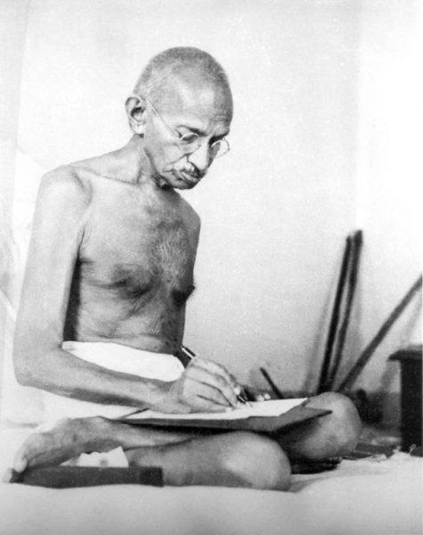 Mahatma Gandhi, 1942 r. (Wikimedia Commons/domena publiczna)